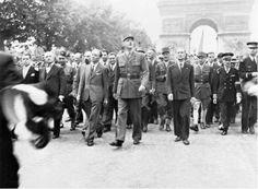 Charles De Gaulle durante el desfile de la victoria, por Champs De Elysses, tras la liberación de París por los aliados.