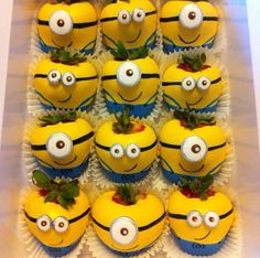 Despicable me chocolate strawberries Chocolate Coating, Melting Chocolate, Hot Chocolate, Chocolate Covered Treats, Chocolate Dipped Strawberries, Minion Birthday, Minion Party, Gourmet Candy Apples, Strawberry Dip