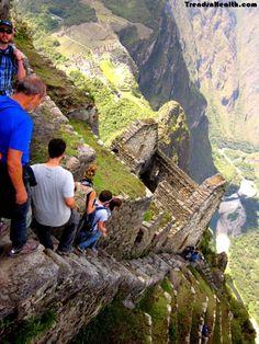 Para lograr mantener controlado y comunicado el gran Imperio Inca, extendieron los caminos que ya existían  y crearon otros incluyendo puentes, escaleras.