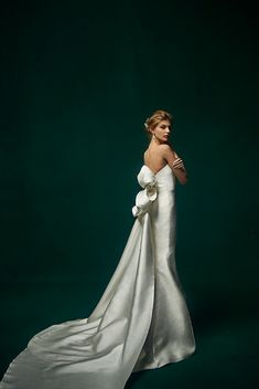 ストラップレスのマーメイドドレス。光沢のあるダッチェスサテンを用いています。シンプルな印象のドレスを探している方にぴったりなドレス。
