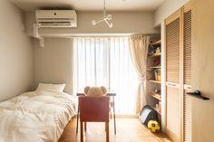 【EcoDecoスタッフ岡野の自邸リノベーション】リビングダイニングとは離れた玄関側にある子ども部屋。奥さんと在宅勤務の日がかぶるときは、ダイニングと子ども部屋に分かれて仕事をするという。#子ども部屋 #ベッド #在宅勤務 #ルーバー扉 #フローリング #EcoDeco #エコデコ #インテリア #リノベーション #renovation #東京 #福岡 #福岡リノベーション #福岡設計事務所 Entryway, Furniture, Home Decor, Entrance, Decoration Home, Room Decor, Door Entry, Mudroom, Home Furnishings