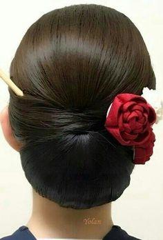 Una nota de color Vintage Hairstyles, Bun Hairstyles, Pretty Hairstyles, Wedding Hairstyles, Winter Hairstyles, Hairdo Wedding, Bridal Hair Updo, Long Hair Styles, Medium Hair Styles