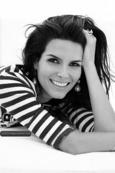 Angie Harmon.... one of my favorite actresses!!