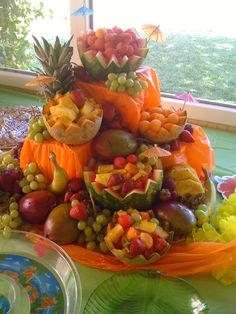 Fruit Platter made by my super-creative mom! Fruit Platter made by my super-creative mom! Best Fruits, Healthy Fruits, Fruits And Veggies, Veggie Display, Veggie Tray, Deco Fruit, Fruit Buffet, Fruit Creations, Healthy Halloween Snacks