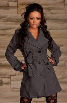 Et cet élément, c'est définitivement la veste femme: c'est l'indispensable de votre garde-robe! Jouez sur les matières et les couleurs, il existe des vestes pour tout les goûts et toutes les circonstances.