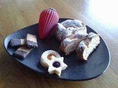 Quarkstollen mit gehackten Mandeln, Haselnüssen und Softaprikosen und Kulleraugen und Mandelstäbchen mit Zartbittermäntelchen.