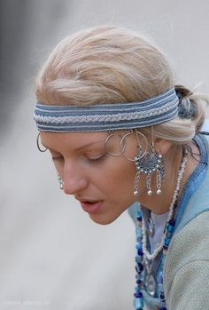 Really cool headband with wire possament embellishment - and I love the temple…