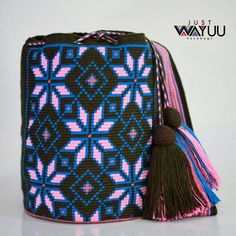 65 отметок «Нравится», 1 комментариев — Just Wayuu (@just.wayuu) в Instagram: «Handcrafted handbags made by indigenous wayuu in the north of Colombia. Worldwide shipping – envíos…» Tapestry Bag, Tapestry Crochet, Knit Crochet, Tribal Patterns, How To Make Handbags, Crochet Purses, Bucket Bag, Purses And Bags, Poufs