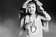 Chuva - rain - lluvia - chovendo - raining - lloviendo - temporal - tempestade - storm - tormenta - dias - days - día - frio - cold - chuvoso - rainy - lluvioso - água - water - gotas - drops - Burberry - moda - fashion - look - estilo - style - elegante - elegant - casual - casaco - coat - menina - girl – chica – criança – child – niño – sorriso – smile – sonrisa – feliz – happy – felicidade – happiness - diversão – diversión - divertindo-se - having fun - divertirse - preto e branco