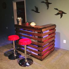 Easy Pallet ideas is your free source of pallet furniture ideas and DIY pallet projects made from Recycled, Upcycled or Reclaimed wood pallets! Palet Bar, Pallet Bar Plans, Wooden Pallet Bar, Wooden Pallet Crafts, Pallet Ideas Easy, Wooden Pallet Furniture, Diy Furniture Projects, Diy Pallet Projects, Wooden Diy