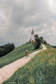 Frolicking through the Slovenian countryside and finding the prettiest hilltop churches. If you're driving from Ljubljana to Bled definitely consider stopping by this picturesque spot 🌾 . Stars Night, Nature Aesthetic, Adventure Is Out There, Aesthetic Pictures, Belle Photo, The Places Youll Go, Places To Travel, Travel Destinations, Nature Photography