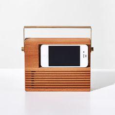 Radio iPhone Dock criado pelo design Jonas Damon para a Areaware. Para ver o retorno de um icônico radinho, basta colocar o seu iPhone 4 ou 5 no dock, que ainda carrega o telefone enquanto estiver em uso.