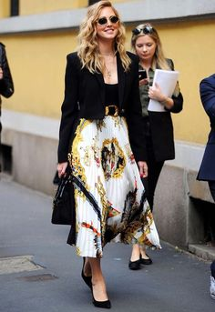 Spott – Inspire consumers, spark sales Classic and beautiful Chiara Ferragni with her Versace printed silk skirt Skirt Outfits Modest, Style Outfits, Fashion Outfits, Fashion Trends, Fashionable Outfits, Dressy Outfits, Fashion Ideas, Work Fashion, Curvy Fashion