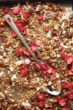 Easy, granola infused with coconut, naturally sweetened with maple syrup, and mixed with crunchy freeze-dried strawberries! Barre Energie, Granola Barre, Healthy Snacks, Healthy Recipes, Dinner Healthy, Healthy Options, Healthy Eats, Freeze Dried Strawberries, Baker Recipes