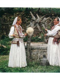 https://flic.kr/p/NkM6tg | Veshje Popullore Shqiptare - Albanian Folk Costumes. Photo.N.B - 9 | Costumi tradizionali in Albania Come in molti paesi europei, i costumi tradizionali sono scomparse quasi del tutto dalla vita quotidiana. Tuttavia, se si è fortunati si possono trovare alcune persone in alta uniforme, il più delle volte le donne anziane dei villaggi, quando sono in corso di mercato o per un'occasione speciale. I costumi popolari albanesi mostrano una grande diversità di stili e…
