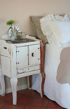 Love this cute little table!
