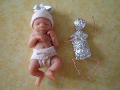 Mini bebés modelados en arcilla polimérica