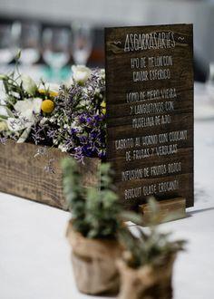 Centro de mesa con olivo, rosas y suculentas. Menú de madera escrito a mano. Boda rústica. Detallerie Wedding Planners. Centerpiece with olive, roses and succulents. Handwritten wood menu. Rustic Wedding.