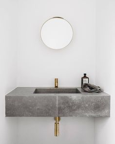 Minimalist decor: bathroom with concrete sink, washbasin - Bad - Einrichtungsstil Grey Bathrooms, Modern Bathroom, Small Bathroom, Master Bathroom, Luxury Bathrooms, White Bathroom, Japanese Bathroom, Bathroom Toilets, Bathroom Fixtures