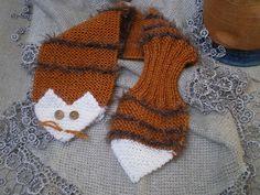 Cette petite écharpe Renard pour enfant tricotée avec quelques restes de laine… en suivant les explications suivantes: Monter 22 mailles sur des aiguilles n° 3,5 (12cm environ) et tricoter 2r…