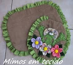 Resultado de imagem para jogo de banheiro em tecido Bathroom Toilets, Bathroom Sets, Crochet Flower Patterns, Crochet Flowers, Embroidery, Sewing, Pets, Creative, Pictures