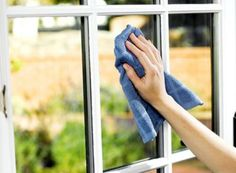 Ready to clean windows fast? Washing windows isn't my favorite job in the world--so I like to get them done fast. This method requires minimal ingredients you probably have on hand. Best of all, you'll get those windows clean in fewer steps. Diy Home Cleaning, Speed Cleaning, Household Cleaning Tips, House Cleaning Tips, Diy Cleaning Products, Cleaning Solutions, Spring Cleaning, Cleaning Hacks, Streak Free Windows