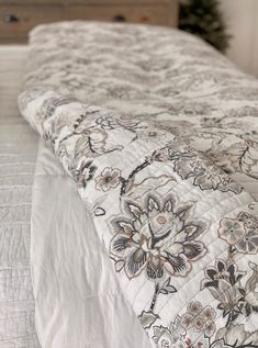 How To Make Your Bed Look Fluffy In 5 Easy Steps - She Gave It A Go Master Bedroom Bathroom, Guest Bedroom Decor, Farmhouse Bedroom Decor, Bedroom Colors, Guest Rooms, Master Bedrooms, Bedroom Ideas, Bedroom Comforter Sets, Bedroom Bed