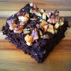 Ennek a receptnek az alapötlet a Troll a konyhámban oldaláról származik, nagyon jó recepteket lehet ott találni. Aki úgy, mint én csoki imádó annak nagyon ajánlom. Nagyon jó reggelire vagy délután kávé mellé:) Óvatosan vágjuk fel, mert kicsit morzsolódik a tésztája szeletelésnél. A hozzávalókat a…