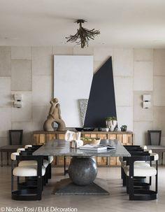 Une grande table contemporaine entourée de fauteuils en cuir. l aménagement pour salle à manger l décoration d'intérieure l inspirations et idées l Pour plus d'idées, cliquez ici : http://www.brabbu.com/all-products/