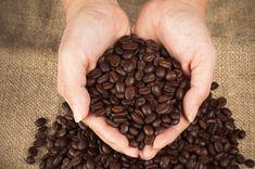 Žena si začala potierať kávou svoje dlane. Keď zistíte, prečo urobíte to tiež