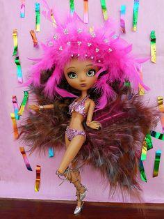 """https://flic.kr/p/r98gB5   Rainha de bateria - Carnaval Brasil   Malu (Pullip Nahh-ato custom) recebeu o convite para ser rainha de bateria de uma escola de samba.  A fantasia chegou e ela está toda contente... fica sambando o  tempo todo...  """"Diga espelho meu,  Se há na avenida alguém mais feliz que eu..."""""""