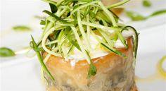 Parmigiana di melanzane 'avvolta' in stracciatella e fili croccanti di zucchina