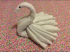 DIY: een zwaan vouwen van 2 handdoeken - YouTube