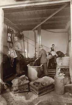 Onbekend | Arbeiders  verven  en sorteren wasgoed op een afdeling van de…