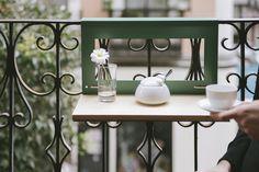 ¿Te apetece un café con Manuela? Y es que #Manuela es la #mesita para el #balcón creada por #Nimio. Su funcionamiento no puede ser más sencillo porque no tiene patas y no necesita instalación. #terraza
