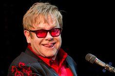 Elton John cai da cadeira em jogo de tênis - http://metropolitanafm.uol.com.br/novidades/famosos/elton-john-cai-da-cadeira-em-jogo-de-tenis