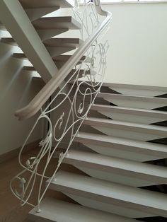 Лестница с легким элементами ковки. На железной тетиве.