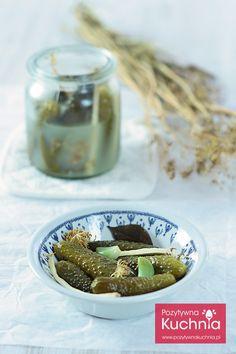 Najlepsze ogórki kiszone, pachnące koprem i listkami winogron, porzeczki lub wiśni, z czosnkiem i chrzanem. http://pozytywnakuchnia.pl/ogorki-kiszone/