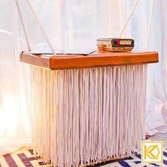 Na Varanda do Artista um outro destaque é esse balanço, que simboliza a leveza e a criatividade. Ele promove certa bossa ao ambiente e é ornamentado com o gravador antigo de uso da própria cantora, o que traz um ar real , vintage e retrô para o ambiente. Projeto com Ninfa Canedo.  #ProjetodeArquitetura #Arquitetura #Decor #Varanda #MostraCasaCor #KarlaOliveira #StudioKarlaOliveira