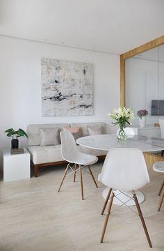 Esse projeto de escritório usou divisórias de vidro para integrar espaços de trabalho diferentes e aproveitar a luz natural. As divisórias criam espaços colaborativos e estimulam o trabalho em equipe. O projeto criou ambientes flexíveis, como sala de reunião, sala de treinamento e recepção. Luz Natural, Eames, Dining Chairs, Furniture, Home Decor, Office Designs, Design Projects, Collaborative Space, Workout Rooms