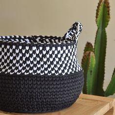 Cesto P&B❤️ Orna em qualquer ambiente @euroromaoficual #desafiopretoebranco #artecomeuroroma #euroromaoficial #fiosecologicos #fiodemalha #euroromaoficial〰〰〰〰〰〰〰〰〰〰#ecofriendly #artesanal #handmade #blackandwhite #cestos #homedecor #decoração #decor #instadecor #crochet #crochê #tendência #deco #manual #yarn #knitting #compredequemfaz #boatarde