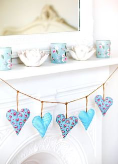 Make a decorative heart garland from oddments of fabric and fill with wadding or lavender for extra fragrance. Rag Garland, Fabric Garland, Heart Garland, Fabric Bunting, Buntings, Lace Bunting, Bunting Ideas, Bunting Garland, Bunting Template