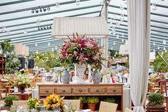 Arranjos com mix de flores - Decoração colorida - Casamento no campo
