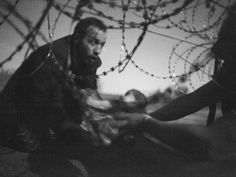 Imagem eleita 'foto do ano' mostra bebê em fuga de migrantes rumo à Europa (Foto: Warren Richardson/World Press Photo 2016)