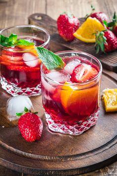 Vad är mer sommar än en kanna svalkande sangria? Det är dessutom hur enkelt som helst att blanda. Här är 9 goda recept med rött vin, vitt vin och även rosé.