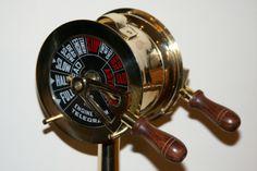 Mosiężny Telegraf Maszynowy - 51cm - Cała naprzód! Full Ahead! Morski telegraf maszynowy - urządzenie do wydawania poleceń sterujących do maszynowni statku z mostku kapitańskiego (np. stop, pół naprzód (wstecz), cała naprzód (wstecz), itd). Symbol kapitańskich mostków, podejmowania właściwych decyzji, wybierania dobrego, trafnego kursu - dla siebie i dla całej załogi. Doskonały marynistyczny prezent, upominek dla prezesów, szefów, osób kierujących innymi dostępny w www.sklep.marynistyka.org…
