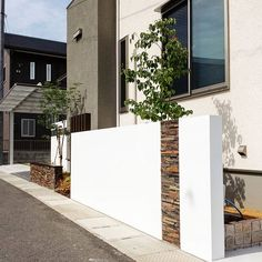 デザインとして塀を制作。 アクセントに石調を取り入れ、クールな壁に柔らかさを演出。