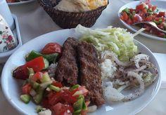A kebab húsos ételt jelent. Törökország szerte számtalan módon készítik. Adanában ezt a nyárson sütött, zöldséggel tálalt verziót készítik. Aki Törökországban jár, kóstolja meg ezt a finom, a török konyhára nagyon is jellemző ételt.