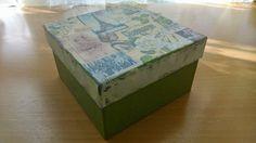 Unas cajas de carton no muy bonitas, pero con unas manitas de restos de pinturas.. servilletas,.. un poco de pasta para integrarlo todo.. y barniz satinado...