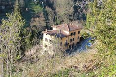 The villa seen from a street above. Lucca, Tuscany, Apartments, Countryside, Paths, Villa, Spa, Cabin, Street